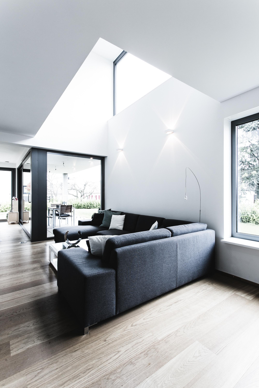 helles Wohnzimmer mit Gallerie